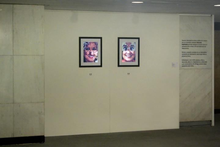 Ambos cuadros están sostenidos por una estructura hueca similar a una pared